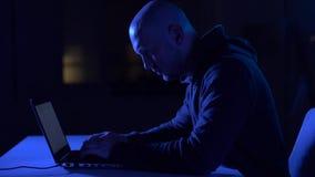 Hakker die laptop computer voor cyberaanval met behulp van stock videobeelden