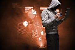 Hakker die laptop met een debetkaart met behulp van op zijn handen Stock Foto