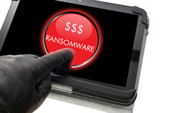 Hakker die zwarte handschoen dragen die op ransomware klikken Stock Foto's