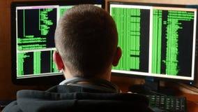 Hakker in glazen die code breken Het misdadige systeem van het hakker doordringende netwerk stock video