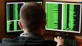 Hakker in glazen die code breken Het misdadige systeem van het hakker doordringende netwerk van zijn donkere hakkerruimte Compute stock footage