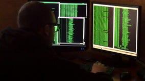 Hakker in glazen die code breken Het misdadige systeem van het hakker doordringende netwerk van zijn donkere hakkerruimte Compute stock video