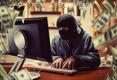 Hakker in het bureau royalty-vrije stock fotografie