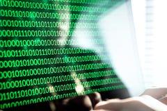 Hakker het schrijven code met laptop computer royalty-vrije stock foto