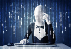 Hakker in lichaamsmasker het decoderen informatie van futuristisch netwerk Royalty-vrije Stock Foto