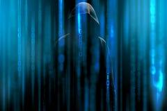 Hakker met een kap en een blauwe binaire codematrijs Binnendringende in een beveiligd computersysteem vertrouwelijke geheime gege Stock Foto