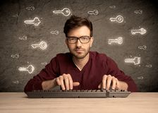 Hakker nerd kerel met getrokken wachtwoordsleutels Royalty-vrije Stock Foto