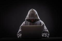 Hakker op laptop stock afbeelding
