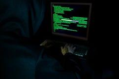 Hakker stealing gegevens van een computer Stock Foto's