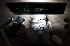 Hakkeraanval in cyberspace codage bij computer op de nacht royalty-vrije stock foto's