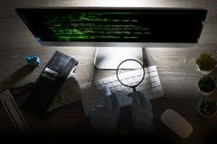 Hakkeraanval in cyberspace codage bij computer op de nacht royalty-vrije stock afbeeldingen