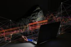 Hakkermens in de donkere gebruikende computer om gegevens en informati te binnendringen in een beveiligd computersysteem Stock Afbeelding