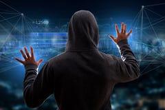 Hakkermens in de donkere gebruikende computer om gegevens en informati te binnendringen in een beveiligd computersysteem Stock Foto