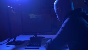 Hakkers die computerprogramma voor cyberaanval gebruiken stock videobeelden