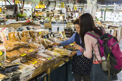 HAKODATE, JAPAN - 20. Juli touristische Kaufandenken im Morgenmarkt Stockfotos