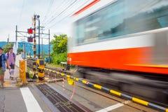 HAKONE, ΙΑΠΩΝΊΑ - 2 ΙΟΥΛΊΟΥ 2017: Θολωμένο ή κινημένο τραίνο λόγω της ταχύτητας στη γραμμή τραίνων καλωδίων Hakone Tozan σε Gora Στοκ φωτογραφία με δικαίωμα ελεύθερης χρήσης