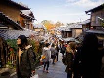 HAKONE, ΙΑΠΩΝΊΑ - 2 ΙΟΥΛΊΟΥ 2017: Μη αναγνωρισμένοι άνθρωποι που περπατούν και που απολαμβάνουν τη θέα της πόλης στο Κιότο Στοκ φωτογραφία με δικαίωμα ελεύθερης χρήσης