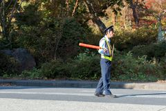 HAKONE, ΙΑΠΩΝΊΑ - 5 ΝΟΕΜΒΡΊΟΥ 2017: Ιαπωνικός αστυνομικός στο δρόμο Διάστημα αντιγράφων για το κείμενο στοκ εικόνες