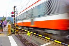 HAKONE, ЯПОНИЯ - 2-ОЕ ИЮЛЯ 2017: Запачканный или двинутый поезд из-за скорости на линии поезда кабеля Hakone Tozan на Gora Стоковые Изображения RF