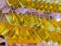 HAKONE, GIAPPONE - 2 LUGLIO 2017: Carta gialla di fortuna scritta nella città di Hakone Immagini Stock Libere da Diritti