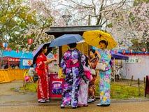 HAKONE, JAPÃO - 2 DE JULHO DE 2017: Mulheres não identificadas que vestem um kymono e que andam no distrito de Higashiyama com ce Foto de Stock