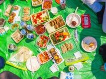 HAKONE, JAPÓN - 2 DE JULIO DE 2017: Comida clasificada para el almuerzo en un parque en parque del hanami durante la estación de  Imágenes de archivo libres de regalías