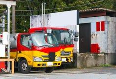 HAKONE, JAPÓN - 5 DE NOVIEMBRE DE 2017: Dos pequeños camiones parqueados en la calle Copie el espacio para el texto foto de archivo