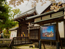 HAKONE, JAPAN - JULI 02, 2017: De toneelmening van mooie kers komt in majestueuze kiyomizu-Dera van Sakura, beroemd tot bloei Royalty-vrije Stock Fotografie