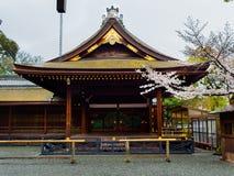 HAKONE, JAPAN - JULI 02, 2017: De toneelmening van mooie kers komt Sakura in majestueuze kiyomizu-Dera, beroemd tot bloei Royalty-vrije Stock Foto's
