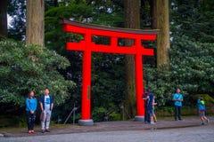 HAKONE JAPAN - JULI 02, 2017: Det oidentifierade folket på skriva in av röda Tori Gate på Fushimi Inari förvarar i Kyoto, Japan Royaltyfri Bild