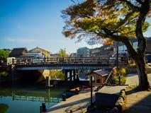 HAKONE JAPAN - JULI 02, 2017: Det oidentifierade folket som går över en bro och tycker om i hanami, parkerar under körsbäret Royaltyfria Bilder