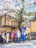 HAKONE JAPAN - JULI 02, 2017: Det oidentifierade folket som går i en parkera och tycker om sikten i hanami, parkerar under körsbä Arkivfoto