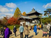 HAKONE JAPAN - JULI 02, 2017: Det oidentifierade folket som går och tycker om i hanami, parkerar under säsong för körsbärsröd blo Royaltyfria Foton