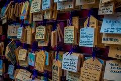 HAKONE JAPAN - JULI 02, 2017: EMA på den Kiyomizu-dera templet EMA är små träplattor på som Shintoworshippers Arkivfoto