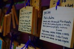 HAKONE JAPAN - JULI 02, 2017: EMA på den Kiyomizu-dera templet EMA är små träplattor på som Shintoworshippers Royaltyfria Bilder
