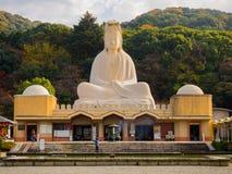 HAKONE JAPAN - JULI 02, 2017: Härliga Ryozen Kannon - jätte- Buddhaavbildning i Kyoto Royaltyfri Bild