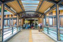 HAKONE JAPAN - JULI 02, 2017: Hakone-Yumoto station som tjänar som som tillträdespunkten in i den Hakone bergsemesterorten Royaltyfri Bild