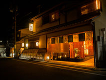 HAKONE JAPAN - JULI 02, 2017: Hus på natten som lokaliseras i hanami i Kyoto Arkivbilder