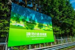 HAKONE JAPAN - JULI 02, 2017: Informativt tecken av järnvägen av linjen för Hakone Tozan kabeldrev på den Gora stationen in Arkivbild