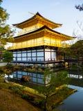 HAKONE JAPAN - JULI 02, 2017: Naturbelysning på den Kinkakuji templet, den guld- paviljongen och dess att omge som är härliga, pa Arkivbild