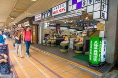 HAKONE, JAPAN - 2. JULI 2017: Nicht identifizierte Leute, die an den Straßen an Hakone-Stadt gehen Lizenzfreies Stockbild