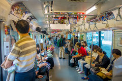 HAKONE, JAPAN - JULI 02, 2017: Niet geïdentificeerde mensen bij het binnenland van trein tijdens regenachtige en bewolkte dag stock afbeelding