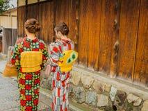HAKONE, JAPAN - JULI 02, 2017: Niet geïdentificeerde vrouwen die een kymono dragen en in het Higashiyama-district met kers lopen Stock Foto