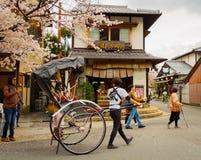 HAKONE JAPAN - JULI 02, 2017: Oidentifierat folk som går i det Higashiyama området med körsbärsröda blomningar våren Arkivfoton