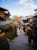 HAKONE JAPAN - JULI 02, 2017: Oidentifierat folk som går och tycker om sikten av staden i Kyoto Royaltyfri Fotografi