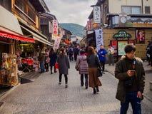 HAKONE JAPAN - JULI 02, 2017: Oidentifierat folk som går och tycker om sikten av staden i Kyoto Arkivfoton