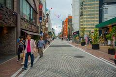 HAKONE JAPAN - JULI 02, 2017: Oidentifierat folk som går på gatan Det ger också hållplatsen för den Hakone Tozan bussen Arkivfoton