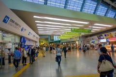 HAKONE JAPAN - JULI 02, 2017: Oidentifierat folk som går på terminalen i Hakone Royaltyfri Fotografi