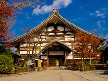 HAKONE JAPAN - JULI 02, 2017: Oidentifierat folk som går till en gammal kyrka som lokaliseras i kyoto Arkivbild