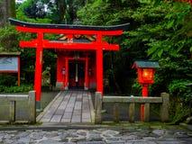 HAKONE JAPAN - JULI 02, 2017: Röda Tori Gate på den Fushimi Inari relikskrin i Kyoto, Japan Royaltyfria Foton